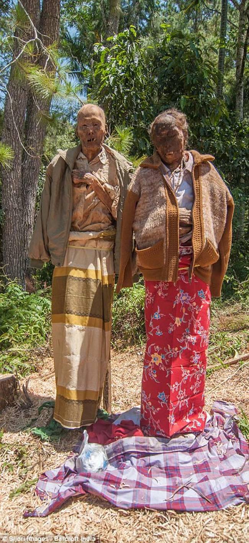 儀式中,有些親人會帶著亡者的遺體穿過整個地區。