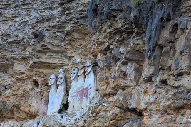 幾個登山者在秘魯的懸崖側面,發現到這幾個不可思議的神祕石棺。