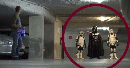 路人在地上撿到一支光劍,接著黑武士就迎面而來了...是什麼要命的情況啦!