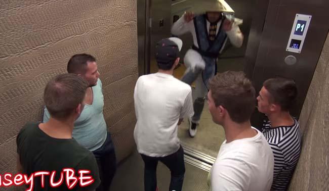 走進電梯關上門,才發現有個電玩角色要發功海扁你一頓!你該怎麼辦啦?!
