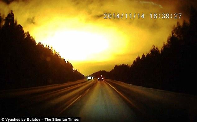 俄羅斯漆黑的夜晚忽然乍現刺眼的亮光,拍攝到的影片連科學家也無法解釋。