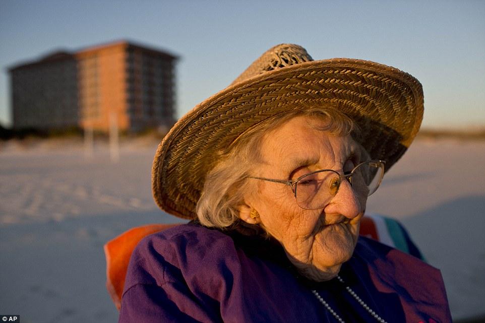 百歲老太太一輩子沒有見過海洋,終於親眼看見大海的那一幕太震撼人心了!