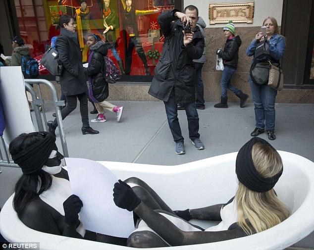2個女人赤裸蜷縮在街頭的小浴缸裡,你需要知道她們想要說的重要訊息。