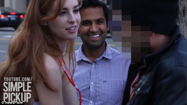 大街上一個護士裝的辣妹,就這樣大方地把手伸進男人們的褲檔裡頭。