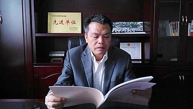 熊水华生长在中国江西新余市,在他的童年中,他和他的家人们一直受到当地居民的照护而成长。最后,这个54岁的商人在钢铁行业中赚了大钱,决定要回馈给他所有的居民。