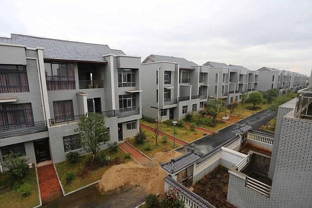 在5年前,这个地区被夷为平地,直到近年重建完毕,让72个家庭可以在这里享受他们舒适的新家。每户只要出资15万元台币(3万元人民币)就可以拥有房子,贫困户则完全免费。