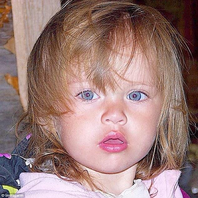 這是她小時候的照片:
