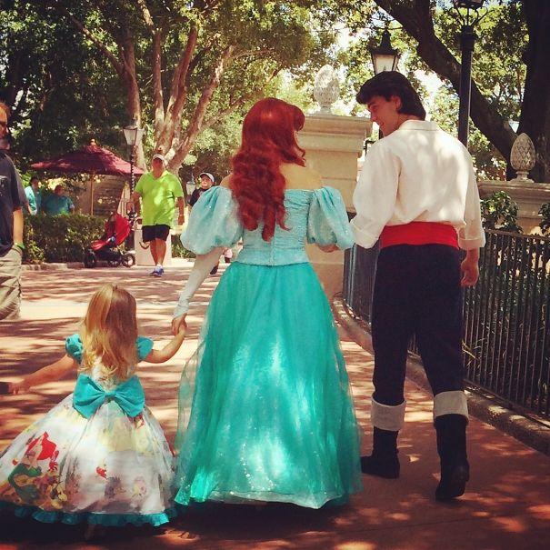 為了克服女兒的害羞,這名媽媽每週帶女兒去迪士尼玩,還把她親手打造成不同故事裡的主角!