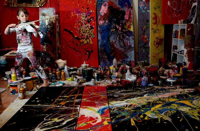 很難想像這名只有7歲的小女孩,能創造出這些上萬美金的超凡藝術品。