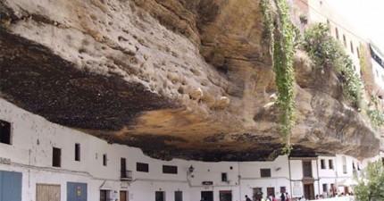 這座在一顆大石頭下面的絕美小鎮...你敢住嗎?