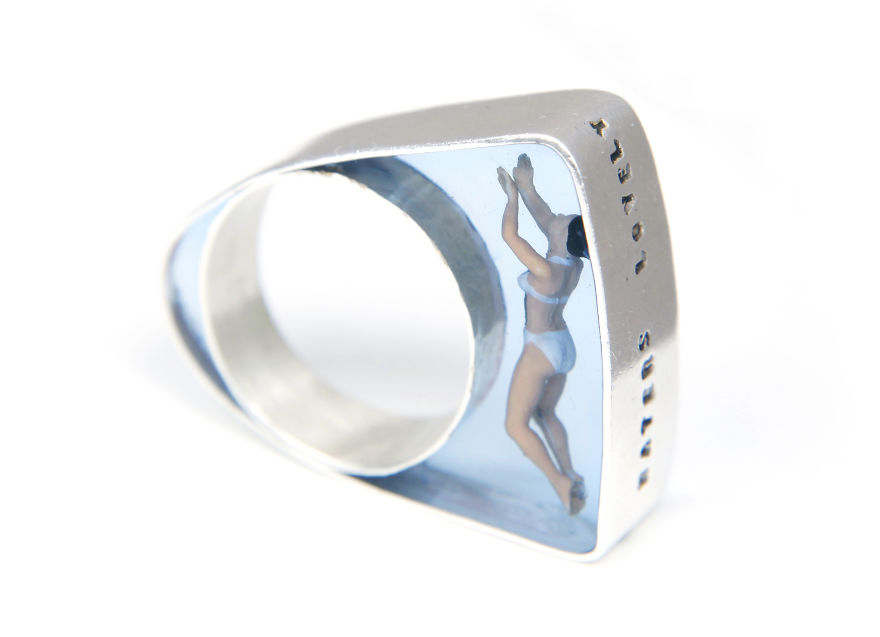 #23 游泳者戒指, Helen Noakes設計。