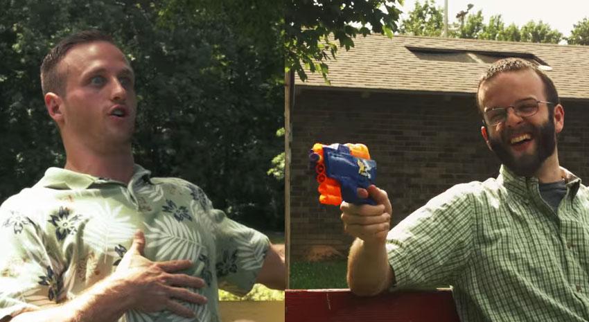 這兩個幼稚大人一開始只是在假裝拿玩具槍射對方,突然...一場激烈的槍戰就展開了!