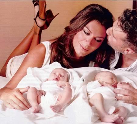 阿根廷模特兒Florencia De La V於1976出生,原本的名字為Roberto Carlos Trinidad。身為世界最知名的跨性別模特兒之一,她出現在連續劇、時尚雜誌、表演廳上,也擔任過雜誌編輯。她目前和一位男士結了婚,並透過代孕的方式扶養一對雙胞胎。
