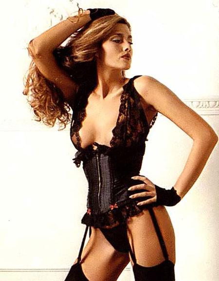 """英國模特兒Caroline """"Tula"""" Cossey (通稱為Barry Kenneth Cossey)也是世界知名的跨性別模特兒之一,她曾在007電影系列《黎明生機》中出演一個小角色,也擔任過《閣樓》雜誌模特兒,曾出了一本講述自己身為跨性別的自傳《我是女人》( """"I Am A Woman"""")。"""