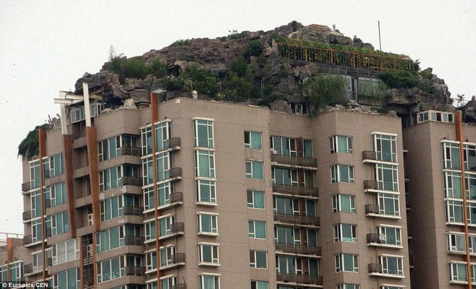 危險性:這間山中的住所似乎是由建築物的周圍增加鋼筋支柱支撐。