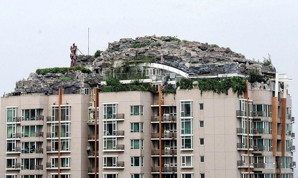 張教授花了6年的時間搬運石材到公寓頂樓建造他的夢幻山中閣樓。