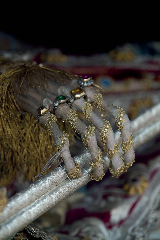 這些骷髏被找到時,從頭到腳都穿戴著價值連城的珠寶。為什麼有人要這麼做呢?