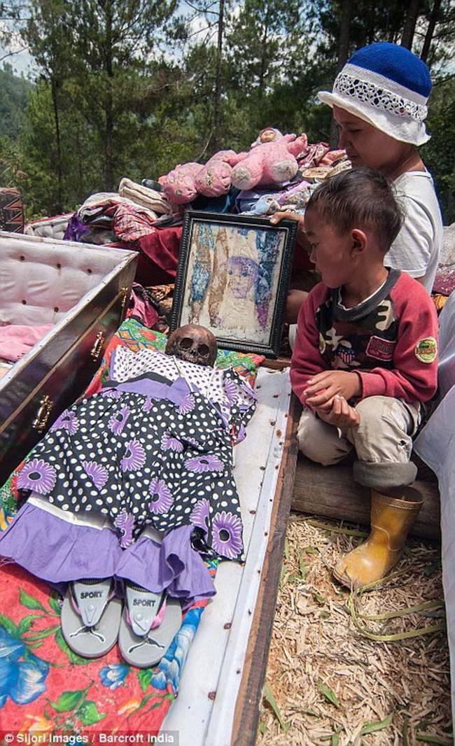 孩童的遺體也會在儀式中被挖出,並更換衣物。
