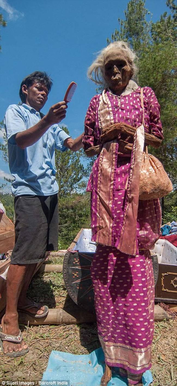 居民也幫亡者梳理頭髮。