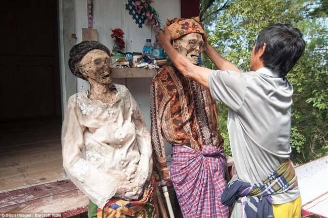 這個習俗的由來是因為當地居民相信,人死後會再次回到他們生前居住的地方。