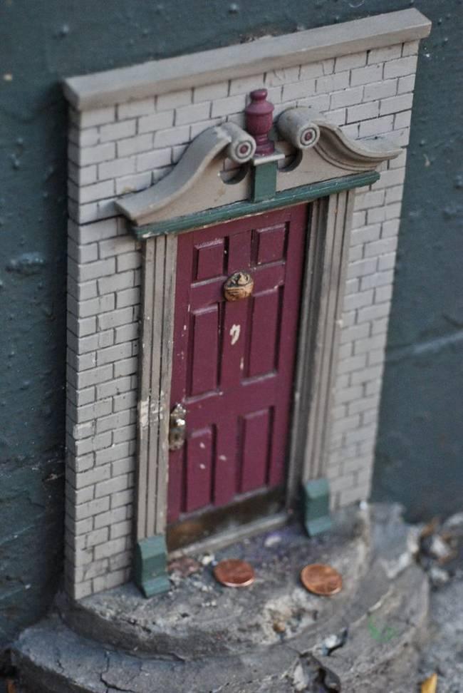 這個城市裡忽然出現了好多個超小型的門。它們的發源原因讓我差點相信世界上真的有小精靈。