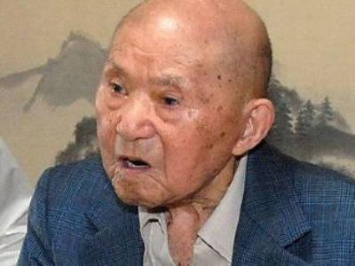 警方在敬老節到這位高齡111歲的老先生的家裡頒獎給他,劇情卻忽然變得超詭異...