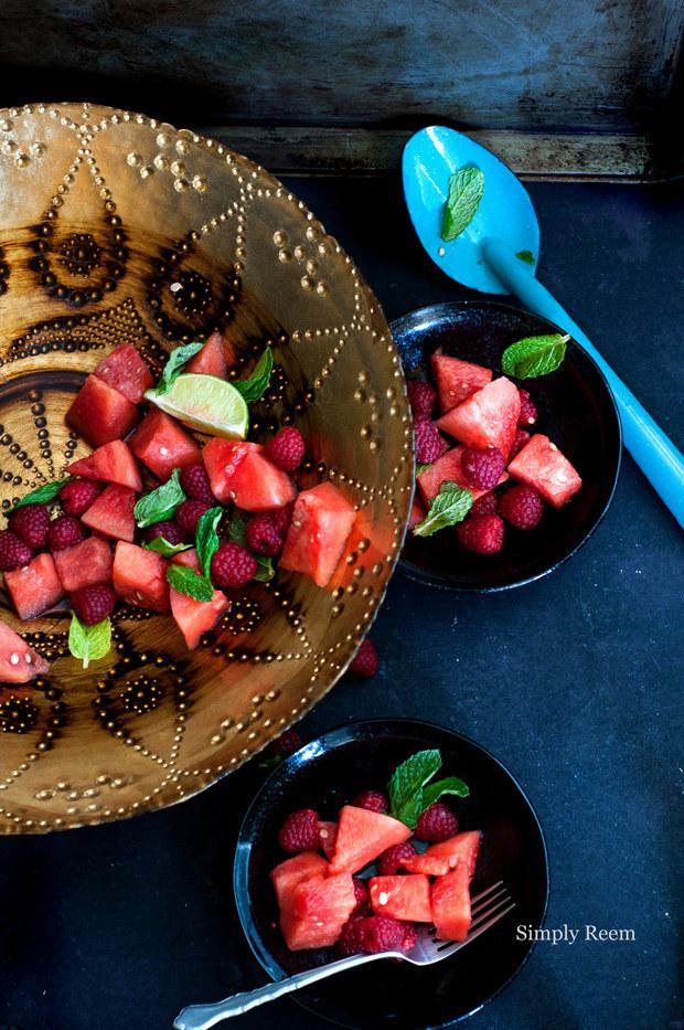 太多方式可以做出超棒的水果沙拉方式,但最好依照下面這些原則:首先,最好是當季水果;還有要小心這些水果搭配,有時候多不一定好;再來,你永遠可以做健康的沙拉醬來一起食用,不會出錯的作法像是柑桔類果汁+新鮮香草+蜂蜜或糖漿。
