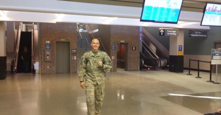 這個美國大兵花了22小時長途跋涉來給他剛生產完的老婆一個最溫馨的驚喜。