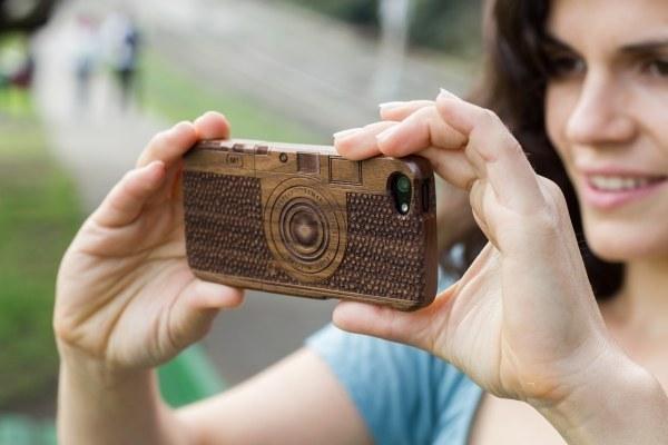 24. 木製相機樣式手機殼。
