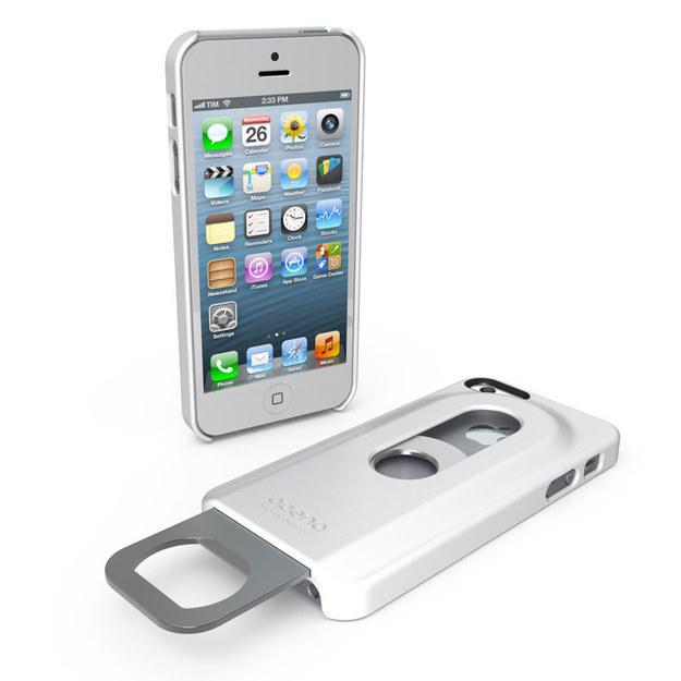 23. 设有开瓶器的手机壳。