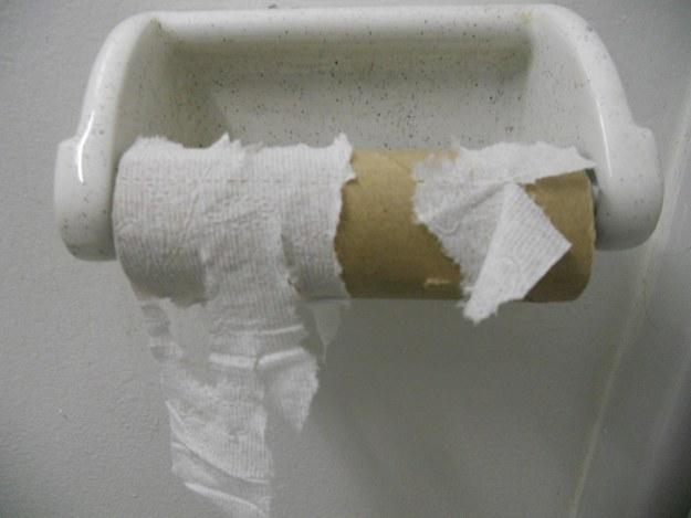 上廁所到一半才發現沒紙了...