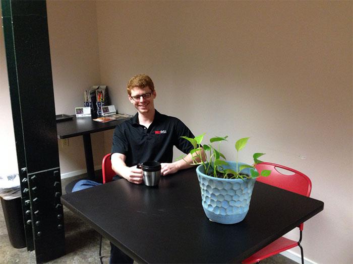 他的同事請他照顧她的植物4天,但萬萬沒想到會爆發出這一連串的爆笑事件。