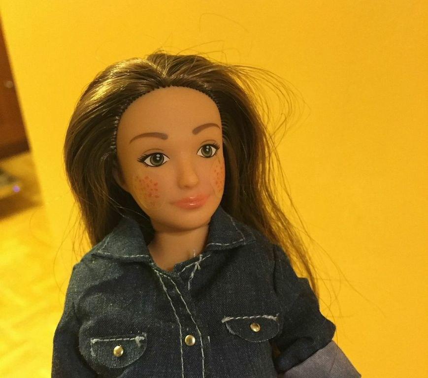 受夠了讓人沒自信的完美芭比娃娃,這名設計師推出這些比較真實的正常芭比娃娃。