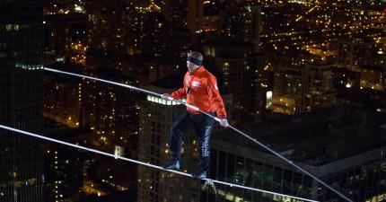 這名狂人蒙著眼在摩天大樓之間走繩,還沒有任何安全措施...看得我連呼吸都忘了!