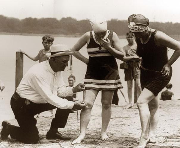 #29 1920年代,測量女性泳衣衣長,過短的女性會遭到罰款。