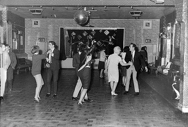#24 1961年12月,披頭四於奧爾德肖特足球俱樂部演出,台下只有18位觀眾。在1年半後他們成為超級巨星。