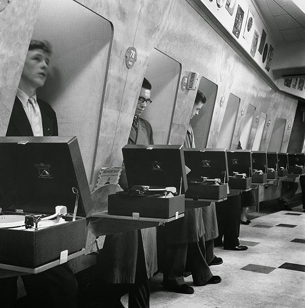 #27 1955年,倫敦音樂商店中的顧客。