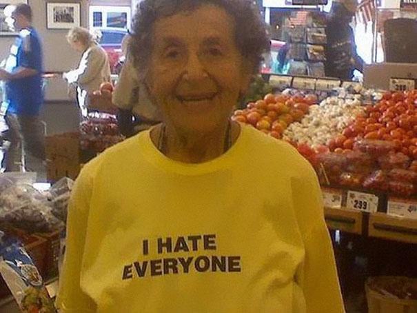 你覺得這25個爺爺奶奶知道他們衣服上寫的嗆辣話嗎?