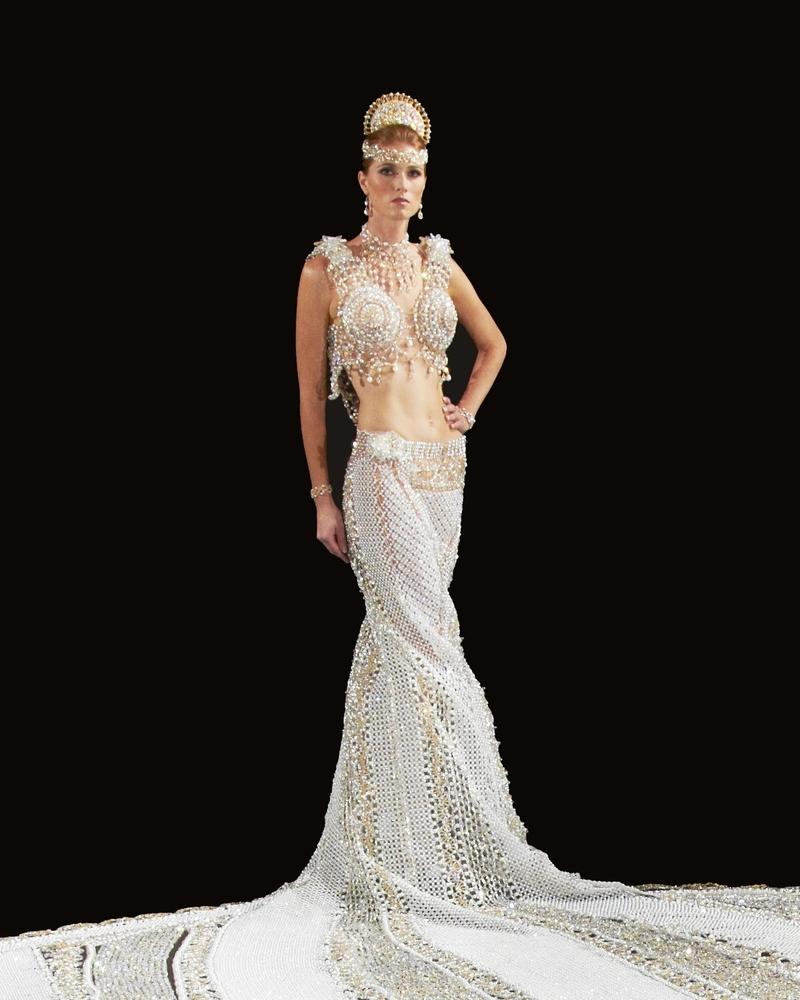 23個人花了3年做出的181公斤婚紗到底有多誇張?