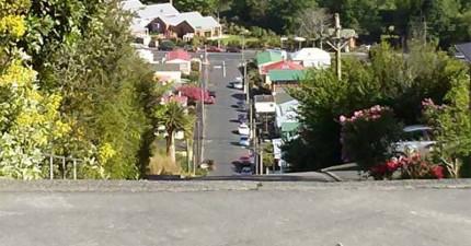 這條就是全世界最陡的街道,陡到住戶一定要騎單輪車才能上去!