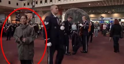 在博物館裡忽然有一大堆軍官出現,結果迅速變成讓我最羨慕的大驚喜。