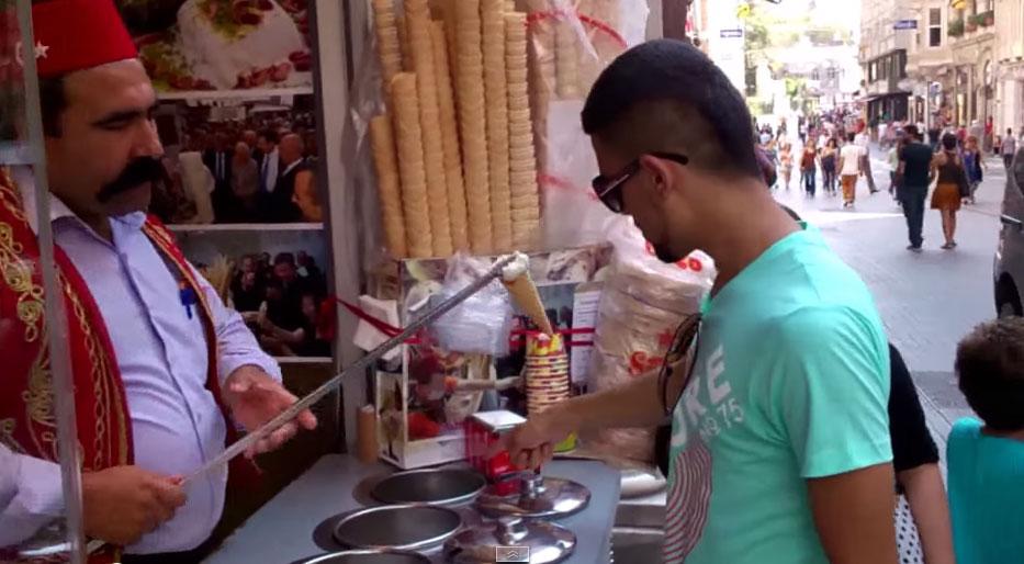 這個男生點了一個土耳其冰淇淋,萬萬沒有想到真正道地的居然這麼神奇!