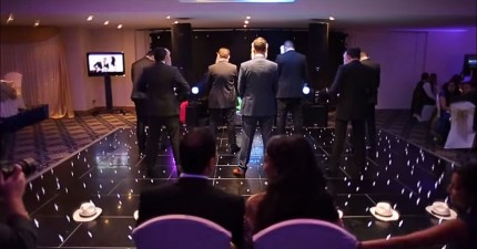 在這場婚禮上,7個戴獅子面具的人忽然出現...OMG這真的太棒了!