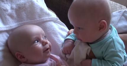 爸爸捕捉到小寶寶之間不可思議的對話。你覺得他們在說什麼?!