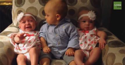 中間這個小寶寶第一次看到雙胞胎,不敢相信有兩個一樣的...簡直把他給嚇死了!