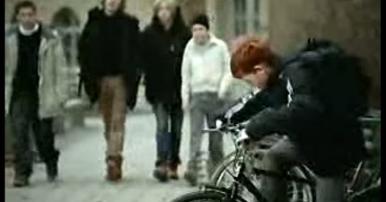小男孩因為天生一頭紅髮遭受霸凌,直到這個人做出了無聲的正義反擊。