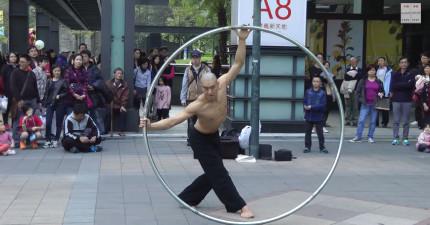 如果你在台北街頭看到這個人在免費表演的話,一定要看下去,因為他平常一場表演就要上百萬!