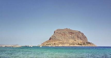 這個看似荒涼的島嶼,背後隱藏著一個會讓你下巴掉下來的人間仙境!