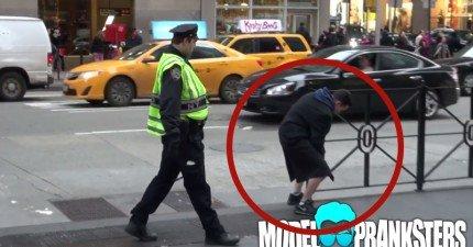 這男人公然在警察面前打...吼!你在想什麼啦!
