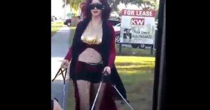 在路上碰到3個乳房的女王在遛狗...等一下!她在遛什麼?